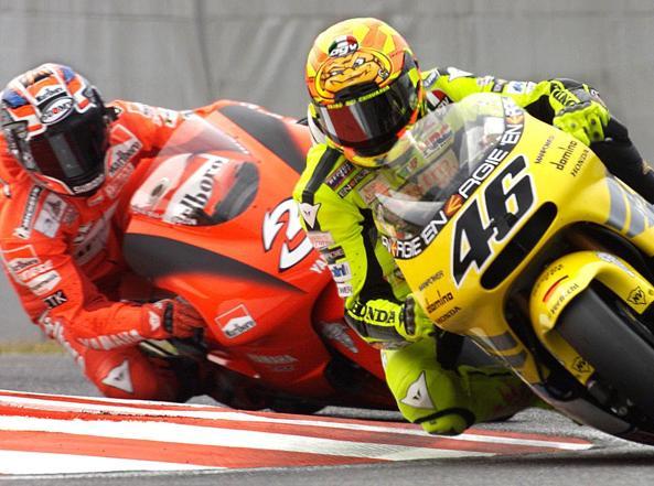 Valentino Rossi sulla Honda davanti a Max Biaggi su Yamaha a Suzuka nel 2001(Epa)