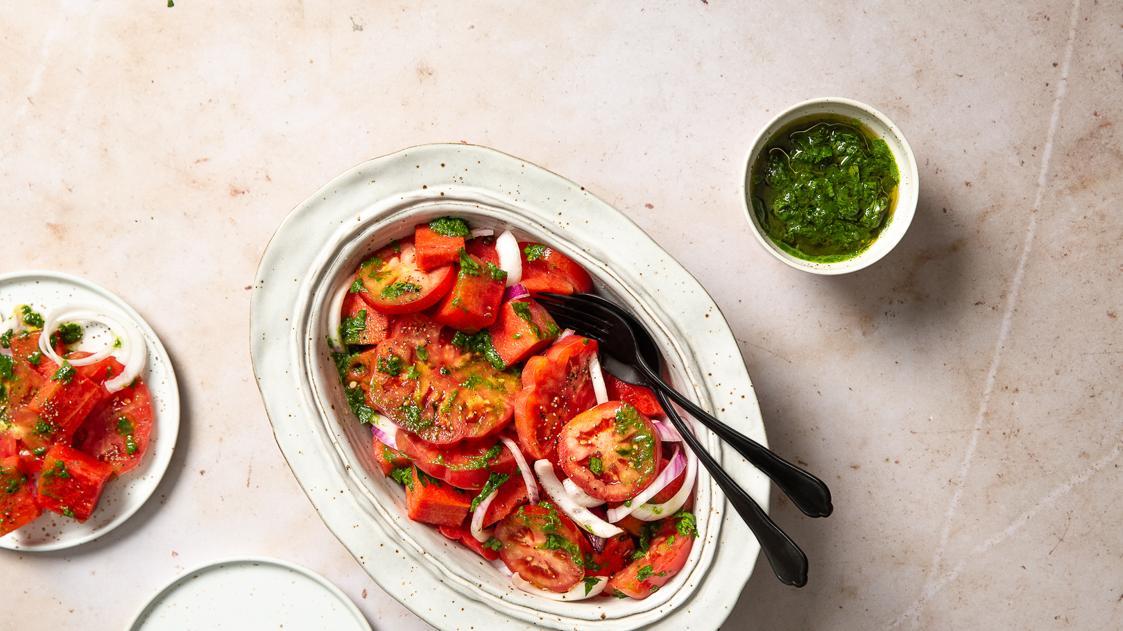 Insalata rossa di pomodori, anguria e cipolle
