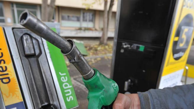 Prezzo benzina e diesel, la stangata degli aumenti: 300 euro all'anno in più a famiglia