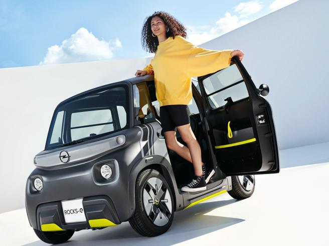 Ecco la Opel Rocks-e, piccolissima elettrica urbana, anche per i 14enni