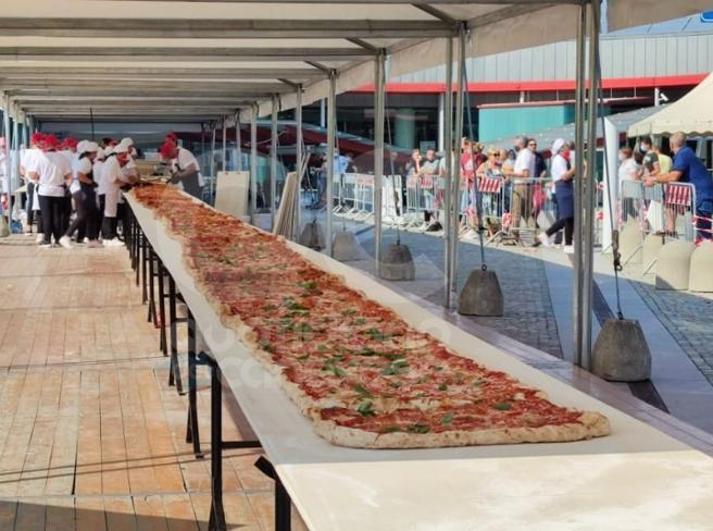 La pizza più lunga del mondo: il record di 38 metri a Rivarolo Canavese