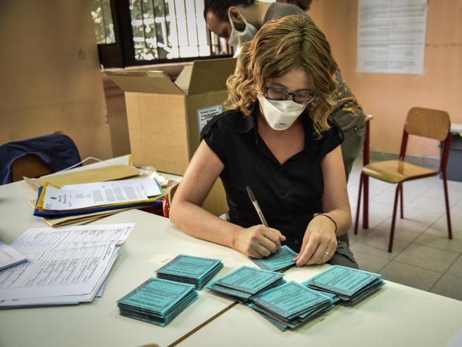 Elezioni,  510 seggi  spostati  in  palestre agli uffici (per evitare lo stop alla scuola)