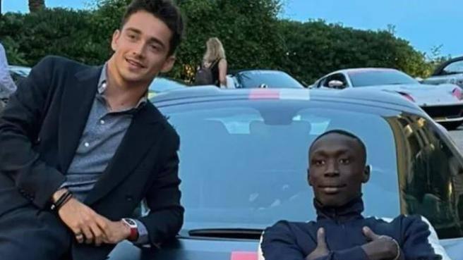 Khaby Lame insegna a Charles Leclerc a salire sulla Ferrari   Il video