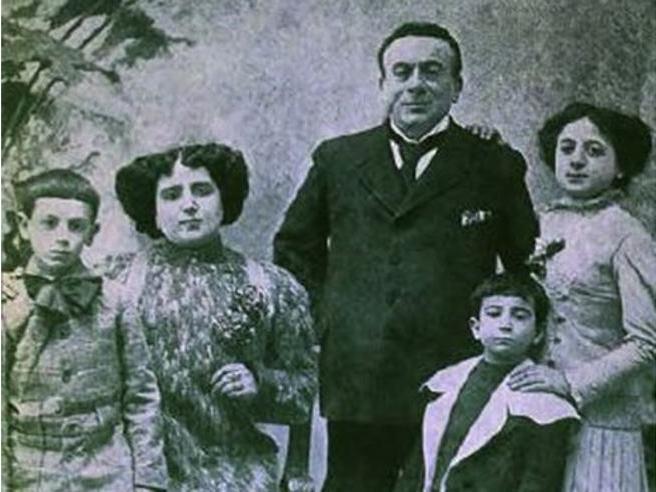 La famiglia 'larga' di Scarpetta (sofferta, diversa, salda) non lo salvò dall'odio