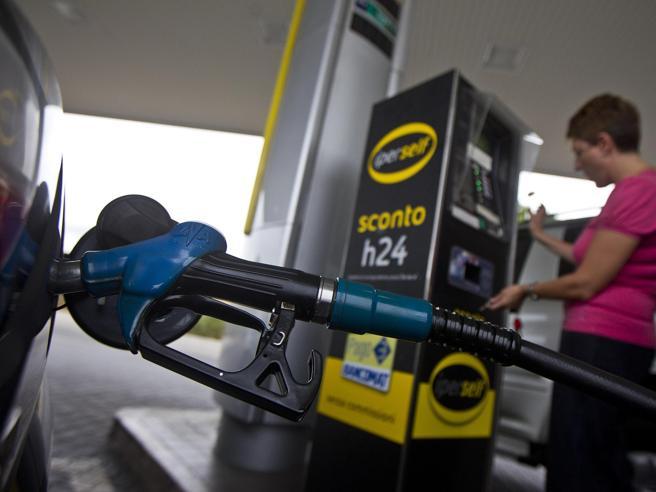La corsa della benzina, record dal 2014. Bollette, meno oneri per ridurre i prezzi