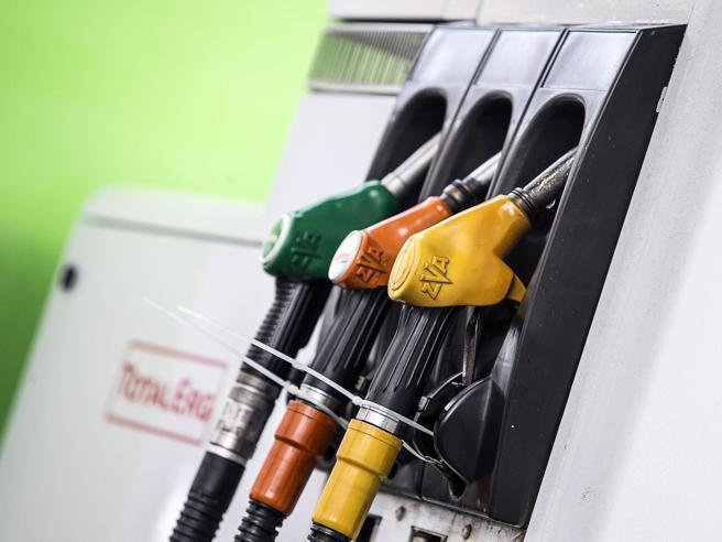 Benzina, il prezzo aumenta a 1,670 euro al litro: ai massimi dal 2014