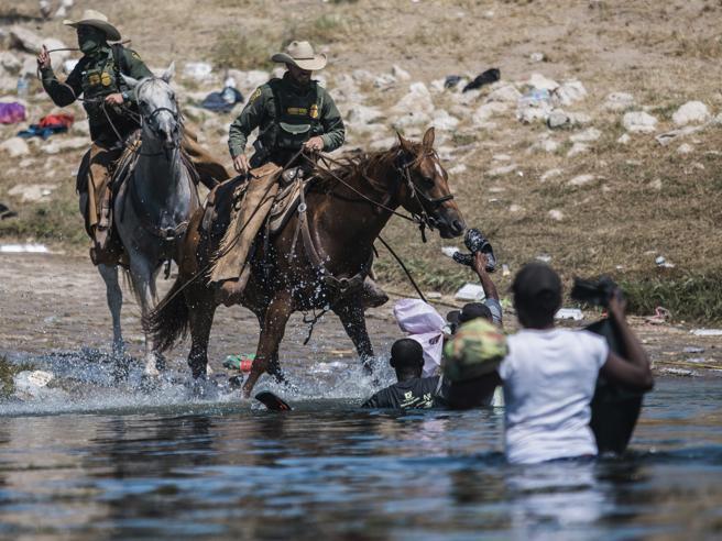 Confine Usa-Messico, polemica per il video degli agenti che frustano i migranti