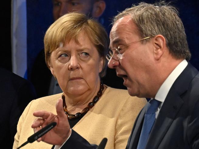 Elezioni in Germania, Merkel tenta l'ultima magia: salvare il suo successore Armin Laschet