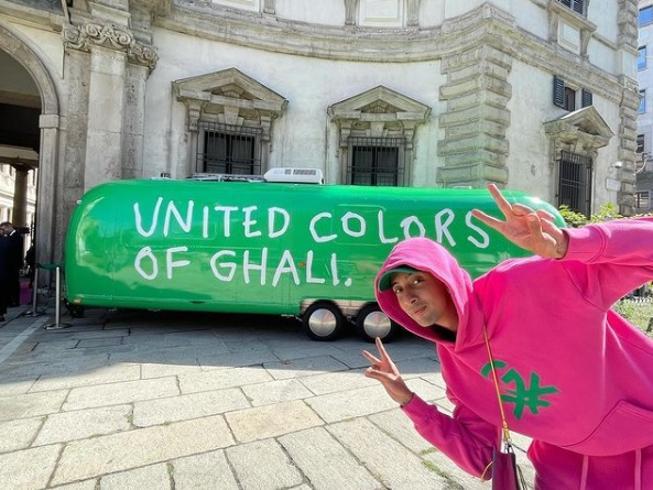 Ghali porta il suo mondo in Benetton: «La mia diversità è un valore»