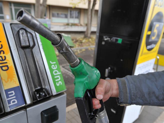 Caro benzina: in un anno oltre il 20% di aumento, è record