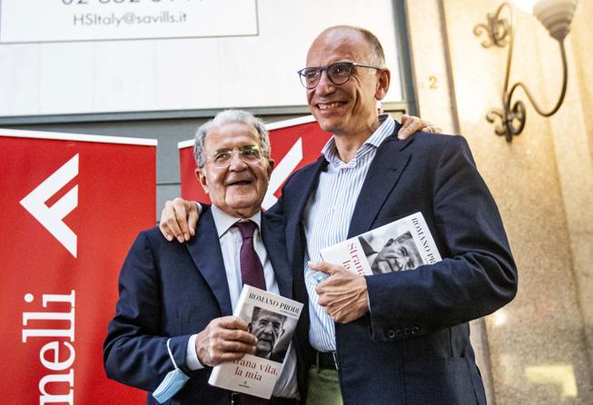 Prodi, l'abbraccio con Letta: «È il federatore con il M5S, un lavoro di grande fatica»