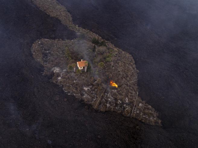 Eruzione alle Canarie, l'ultima casa di La Palma che resiste alla lava del vulcano Cumbre Vieja