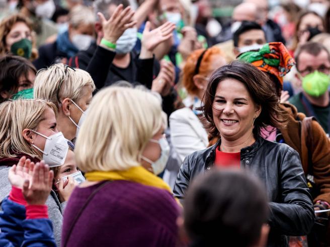 Elezioni in Germania, Annalena Baerbock si fa male da sola: sfuma il sogno della cancelleria