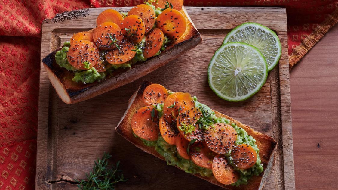 Bruschette di avocado con carote al timo