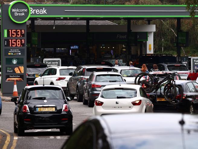Manca la benzina, negozi in difficoltà: e la Gran Bretagna post Brexit ora mette in campo l'esercitoCorriere.it – Homepage
