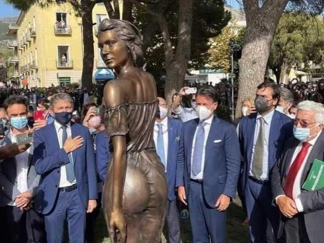 Spigolatrice di Sapri, la statua e le polemiche: «È sessista»