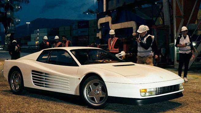 Ritorna la Ferrari Testarossa di «Miami Vice». Con cellulare Anni 80 abbinato