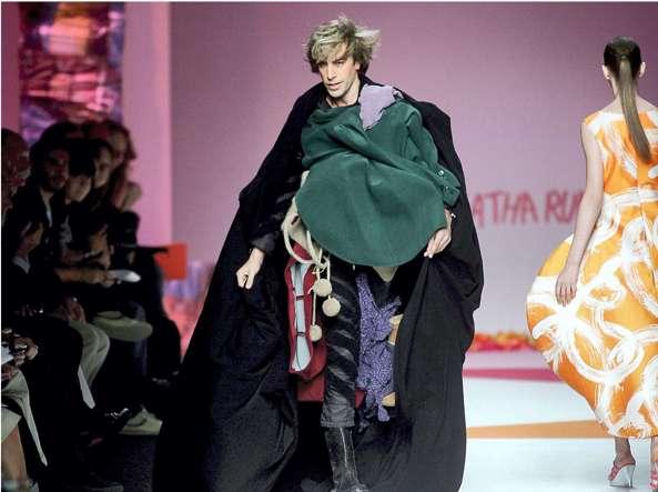 Sacha Baron Cohen nei panni dello sgargiante reporter di moda austriaco Brüno irrompe in passerella durante una sfilata a Milano nel 2008