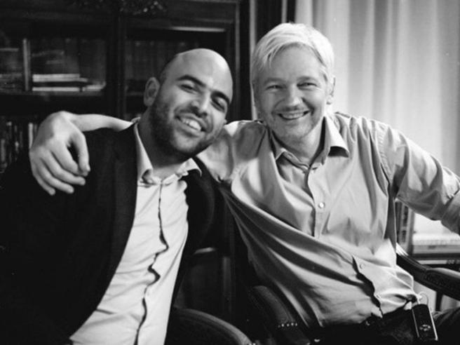 La compagna di Julian Assange: «Così la Cia voleva ucciderlo, abbiamo le prove»
