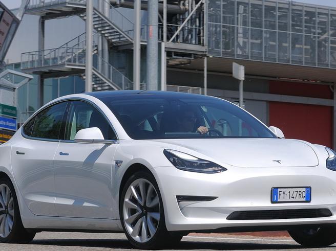 Le Tesla Model 3 usata costa più della nuova: Elon Musk ha ridefinito il mercato dell'usato