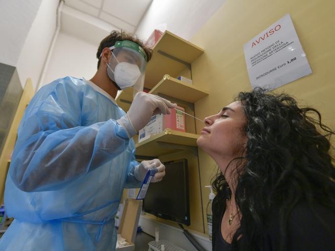 Green pass, caos nelle farmacie.  Lunedì 2 milioni di lavoratori senza tampone