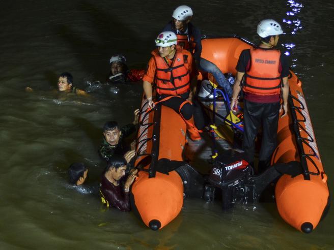 Indonesia, 11 bambini in gita affogano nel fiume: «Sono morti tenendosi per mano»