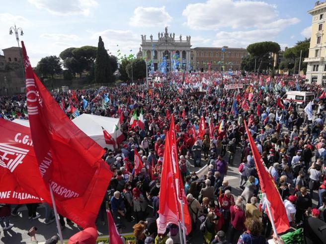 Manifestazione dei sindacati a San Giovanni: selfie, Bella ciao e operai in tuta tra Letta e Di Maio. «Su questo palco c'era Berlinguer»