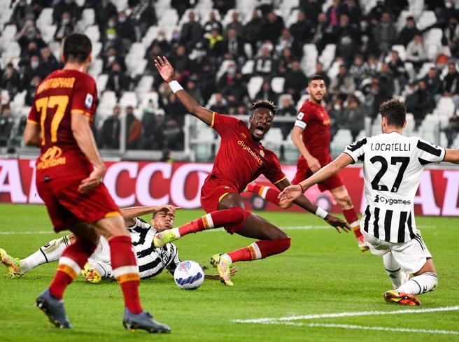 Juve-Roma 1-0, rigore e gol annullato a Abraham: Orsato aveva già fischiato? Ma c'è anche fallo di mano