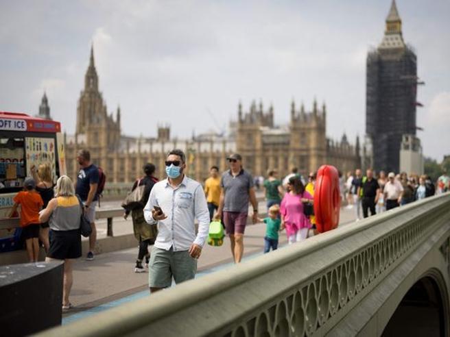 Covid in Gran Bretagna, aumento dei casi e ritardi nei pronto soccorso: ma cosa sta succedendo, davvero?