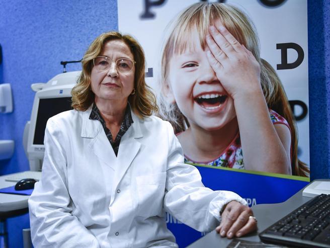 La vista ritrovata grazie alla terapia genica. La bimba ai medici: «Ora gioco e vedo i righi del quaderno»