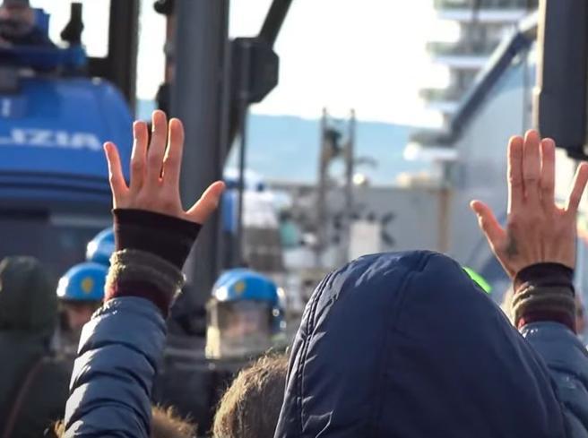 Porto di Trieste, sciopero «no green pass»: cominciato lo sgombero dei manifestanti