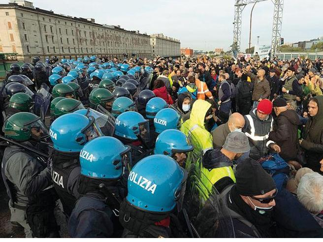 A Trieste sgomberato il porto I no pass si trasferiscono in piazza