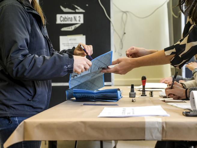 Ballottaggio elezioni 2021, testa a testa finale: oggi i nuovi sindaci a Roma e Torino. Crolla l'affluenza:  6%