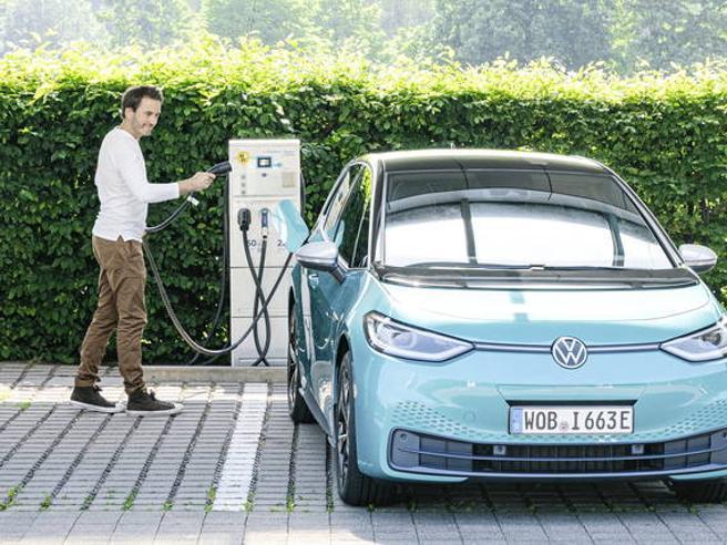 Auto elettriche, dal bollo e Ztl all'assicurazione meno cara: tutti i vantaggi nascosti