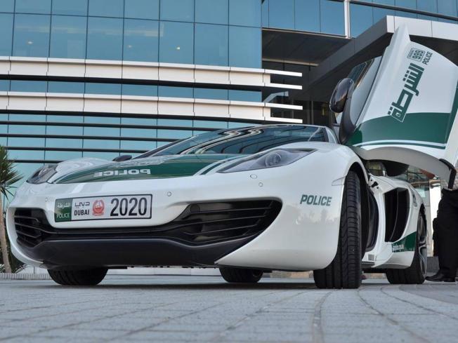 Dalla McLaren alla Bugatti Veyron, l'incredibile parco auto della polizia di Dubai