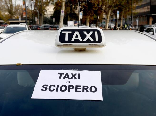 Taxi, sciopero nazionale il 22 ottobre. I sindacati: «Indispensabili regole su app e abusivi»