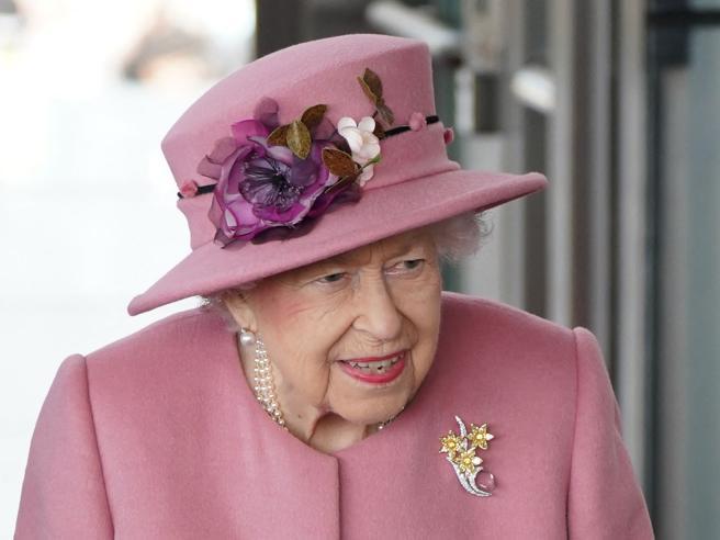 La regina Elisabetta ha trascorso la notte in ospedale, ma è già tornata a Windsor ed è «in buono spirito»