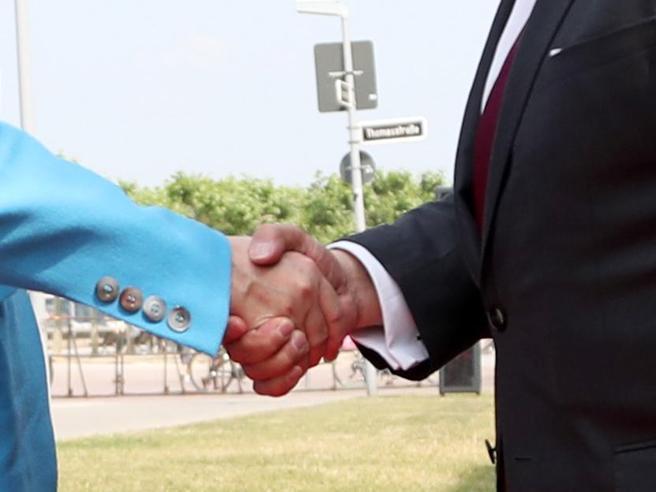 L'igienista Signorelli: «Tornare a stringerci la mano? Troppo presto, cautela nei saluti»