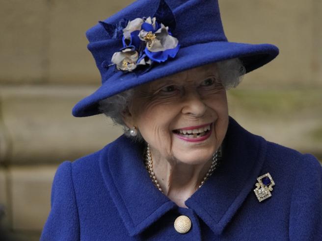 La Regina Elisabetta  a casa dopo il ricovero in ospedale: ora è «di buon umore»