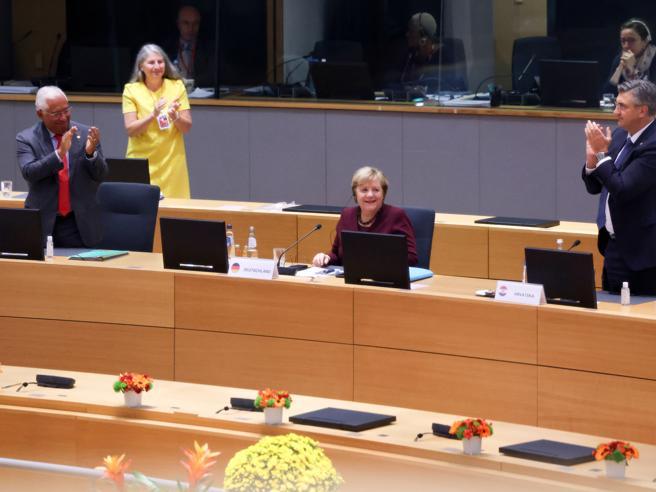 Merkel: porto le giacche alla raccolta dell'usato. Mio marito? Ha da fare, io non starò solo in casa