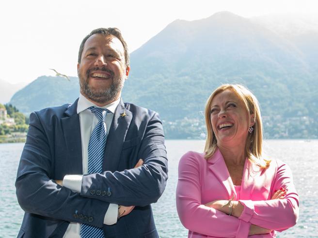 Meloni e Salvini, due alleati troppo simili per non essere rivali. Storia di una lite infinita (dietro gli abbracci)