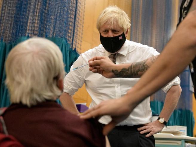 Covid, in Gran Bretagna il governo «si prepara a introdurre pass vaccinali e mascherine al chiuso»