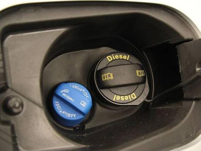 Caos AdBlue, taglio alla produzione e prezzo raddoppiato: auto e Tir fermi