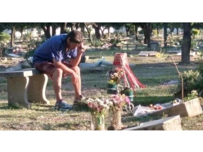 Il padre che ascolta la partita sulla tomba del figlio mostra perché il calcio non è solo un gioco