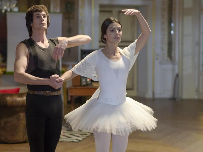 «Carla» con Alessandra Mastronardi, il film sulla vita della Fracci: Milano e la sua stella