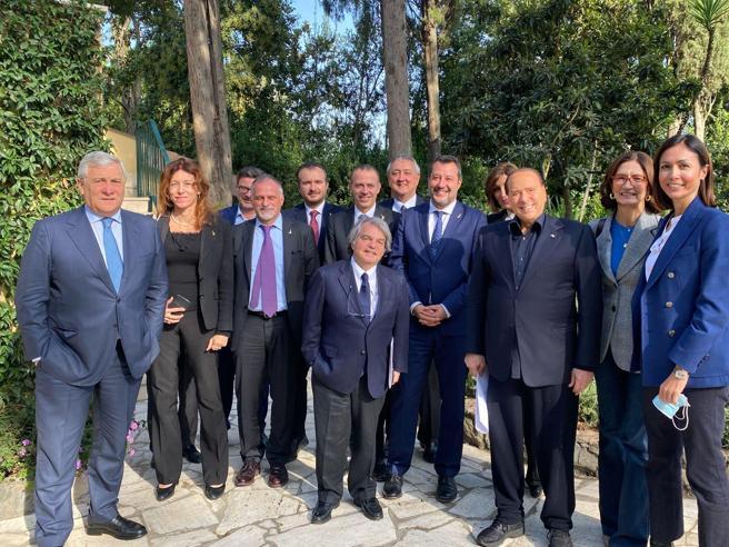 Vertice tra Berlusconi, Salvini e i ministri del centrodestra: «Più impegno per le partite Iva, linea comune sul Quirinale»