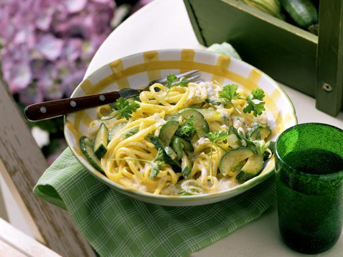 Spaghetti con zucchine e scorza di limone