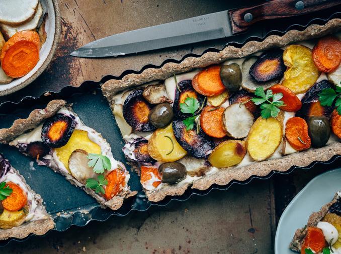 Torta salata con radici arrosto e crema di anacardi