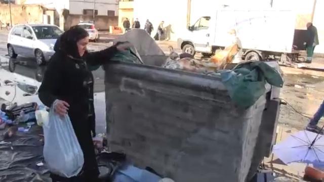 Al mercato dei«disperati»  armi e orologi nascosti tra la spazzatura ... 16817185d42