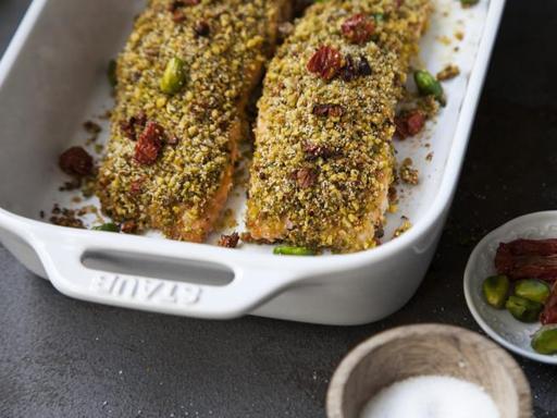 Il salmone in crosta di pistacchi ed erbe aromatiche